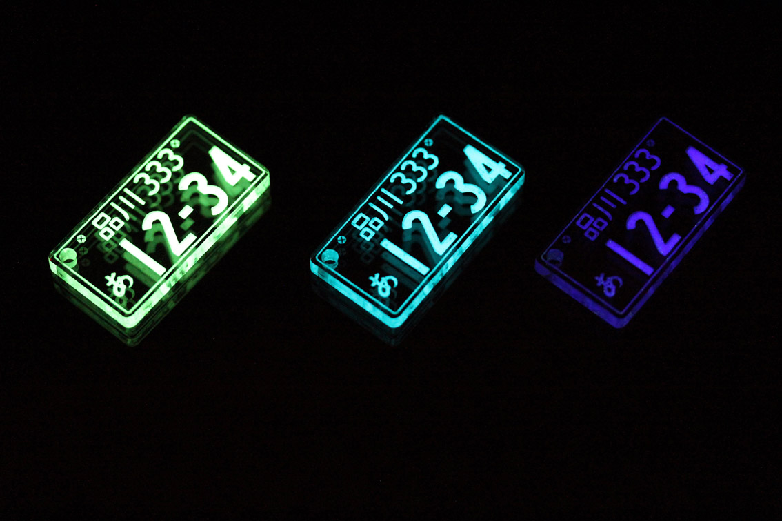 光るナンバープレートキーホルダー